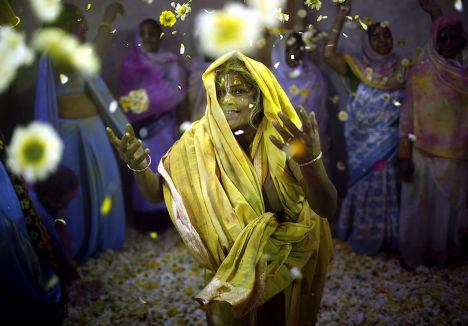 Празднование Холи во Вриндаване, Индия