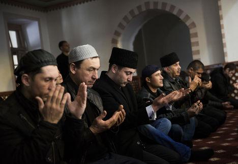 Крымские татары молятся в мечети Кебир-Джами в Симферополе