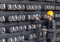Рабочий на сталелитейном заводе в городе Ляньюньган