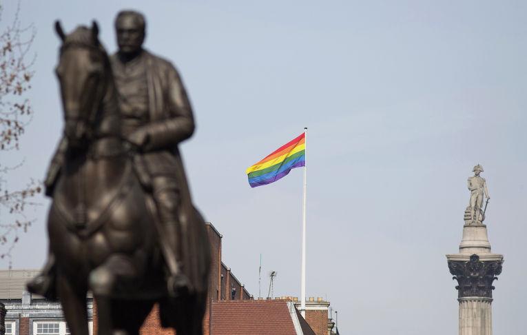 Радужный флаг виднеется между статуями маршала Дугласа Хейга и колонной Нельсона