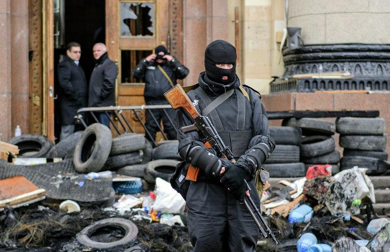 Сотрудники спецслужбы Украины возле здания областной администрации в Харькове
