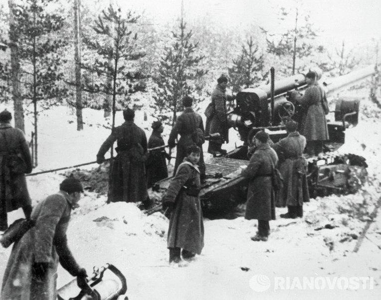 Бойцы Красной Армии обстреливают финские укрепления