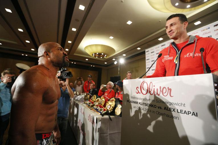 Шеннон Бриггс смотрит на Владимира Кличко во время пресс-конференции с Алексом Леапаи