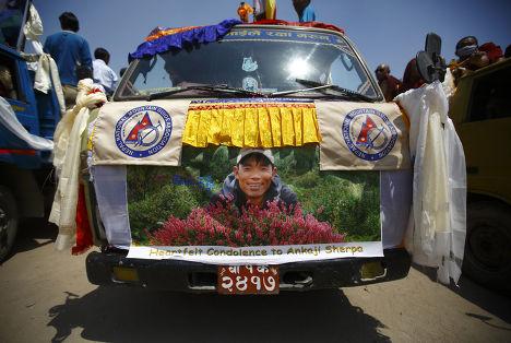 Траурная церемония по погибшим в лавине 16 шерпам в Катманду