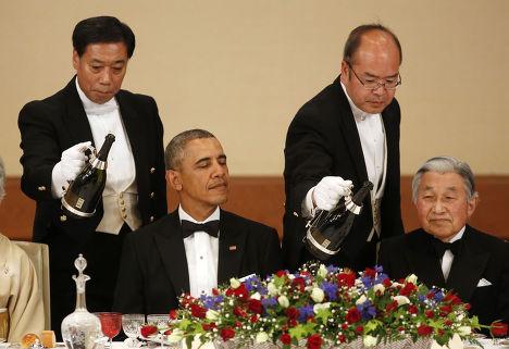 Барак Обама обедает с императором Японии Акихито во время своего визита в Токио