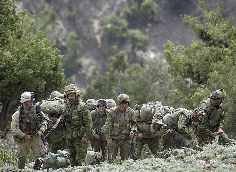 Солдаты из США и Канады в Афганистане, 4 мая 2002 года