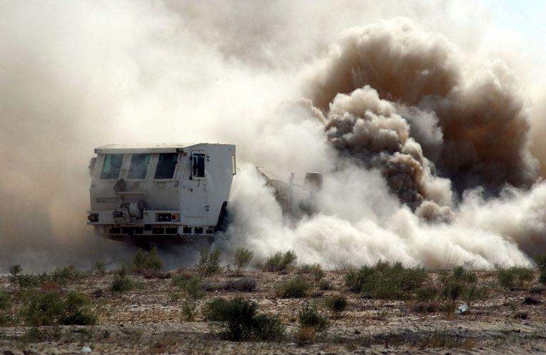Американские солдаты взрывают мину около авиабазы Баграм в Афганистане