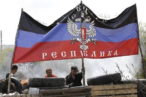 Активисты устанавливают флаг Донецкой республики на баррикадах
