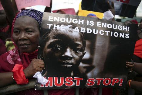 Женщина на акции протеста в Лагосе, требующей освобождения похищенных девочек
