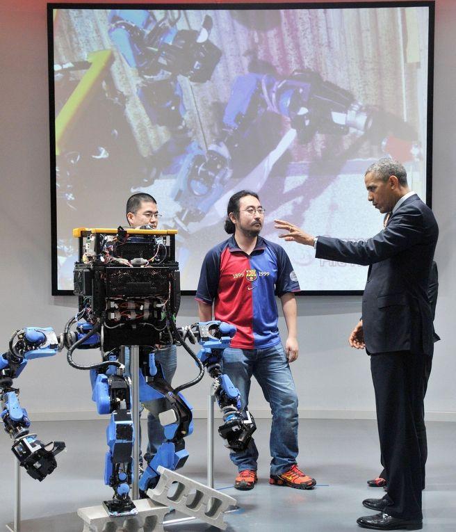 Барак Обама общается со студентами Токийского университета в Национальном музее передовой науки и технологии «Мирайкан»