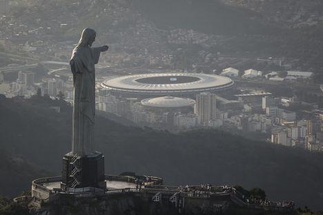 Статуя Христа-Искупителя на фоне стадиона «Маракана» в Рио-де-Жанейро