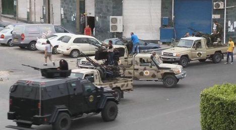 Силы безопасности Триполи у входа в парламент, который был атакован повстанцами самопровозглашенной Ливийской национальной армии во главе с бывшим генералом Халифой Хифтером