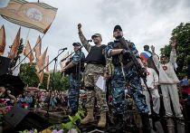 Пророссийские ополченцы и другие активисты после объявления о независимости Луганской области