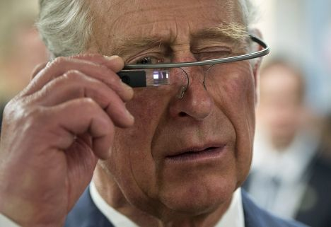 Принц Чарльз примеряет очки Google Glass