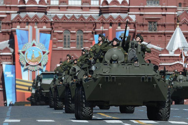 Колонна бронетранспортеров БТР-82А на военном параде на Красной площади, посвященном 69-й годовщине Победы