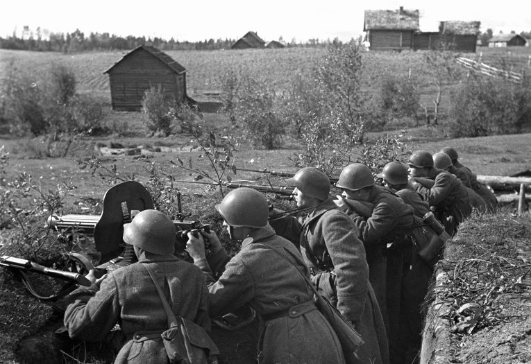 Воины одной из частей Красной Армии охраняют мост. Смоленская область, август 1941 года.