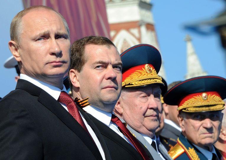 Владимир Путин и Дмитрий Медведев во время парада Победы на Красной площади