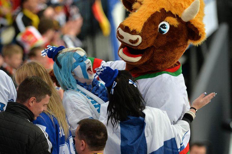 Болельщики сборной Финляндии радуются победе своей команды в матче группового раунда чемпионата мира по хоккею 2014 между сборными командами Германии и Финляндии