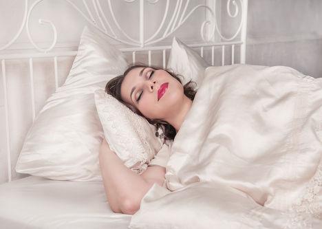 Полная женщина спит