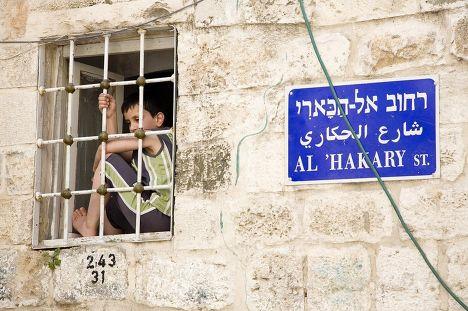 Мальчик смотрит из окна в Иерусалиме