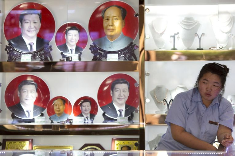 Сувениры с изображениями Мао Цзэдуна и Си Цзиньпина в магазине неподалеку от площади Тяньаньмэнь
