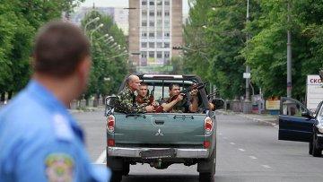Украинские силовики в ходе спецоперации в Мариуполе