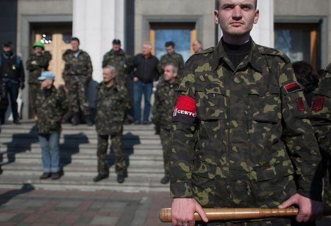 Участники организации «Правый сектор» и бойцы «Самообороны Майдана» у здания Верховной Рады