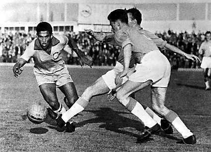Гарринча в одном из матчей чемпионата мира по футболу 1962 года
