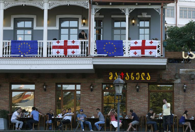 Ресторан в Тбилиси, украшенный флагами Грузии и Евросоюза