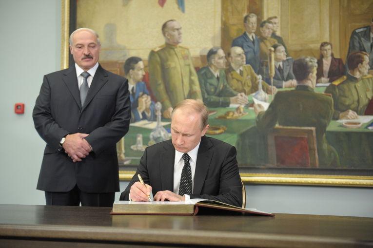 Владимир Путин делает запись в Книге почетных гостей в музее истории Великой Отечественной войны в Минске