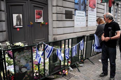 Цветы у входа в Еврейский музей в Брюсселе