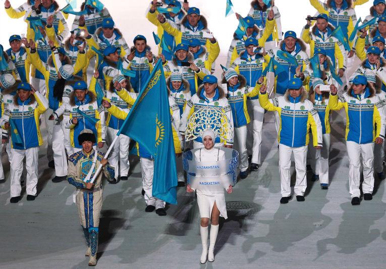 Знаменосец сборной Казахстана Ердос Ахмадиев на церемонии открытия XXII зимних Олимпийских игр в Сочи