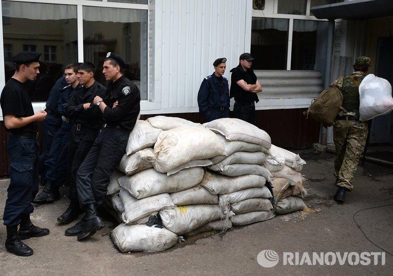 Военнослужащие национальной гвардии на территории воинской части в Донецке