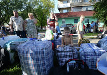 Жители Донецкой области перед отправкой автобусов с беженцами из Донецка в Россию