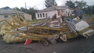 Первые фото обломков сбитого на Украине Boeing 777 компании Malaysia Airlines