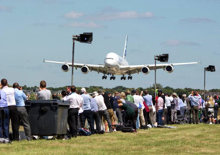 Посетители авиасалона Фарнборо 2014 наблюдают за посадкой самолета Airbus Industrie A380