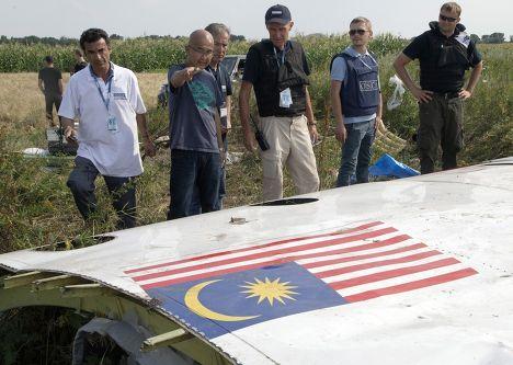 Представители ОБСЕ у обломков самолета Boeing 777, сбитого над Украиной