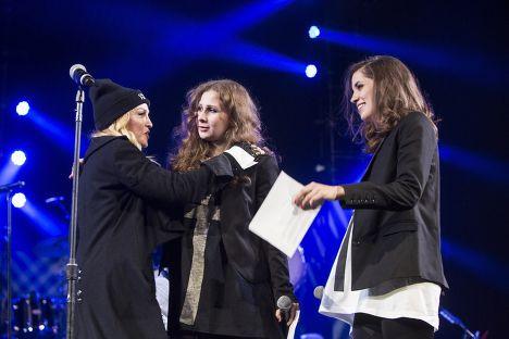 Участницы Pussy Riot Мария Алехина и Надежда Толоконникова встретились с Мадонной на концерте в Нью-Йорке