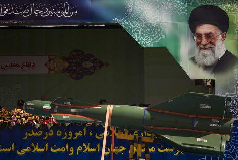 Ракета Zoobin на фоне портрета аятоллы Али Хаменеи на военном параде в Тегеране