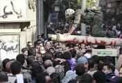 Египетский военный беседует с демонстрантами во время антиправительственных выступлений в Каире