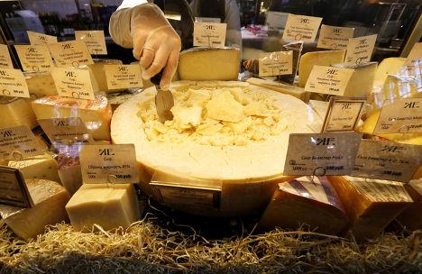 Сыр в одном из магазинов Санкт-Петербурга