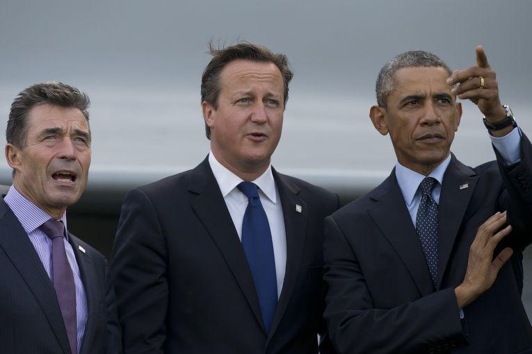 Андерс Фог Расмуссен, Дэвид Кэмерон и Барак Обама смотрят воздушный парад на саммите НАТО в Уэльсе