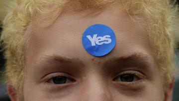 """Мальчик с наклейкой с надписью """"Да"""", в поддержку независимости Шотландии, в день референдума о независимости Шотландии"""
