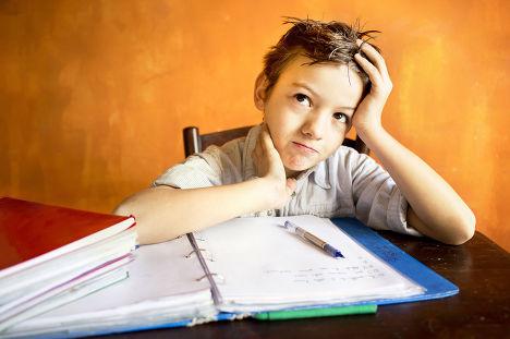 Школьник делает домашнее задание
