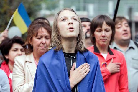 Украинцы поют гимн на митинге в Харькове
