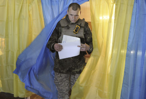 Солдат украинской армии голосует на выборах в Луганске