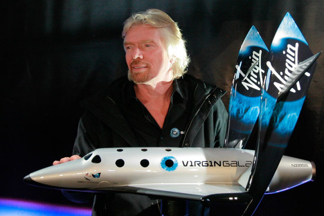 Ричард Бренсон с моделью первого ракетоплана SpaceShipTwo