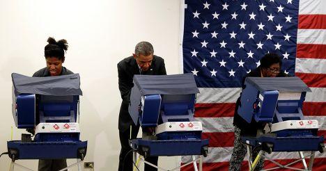 Президент США Барак Обама во время голосования на промежуточных выборах в Чикаго