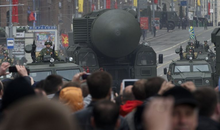 Транспортно-пусковая установка межконтинентальных баллистических ракет «Тополь-М» на репетиции парада в Москве
