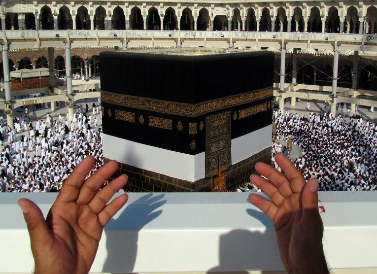 Паломник молится перед Каабой во внутреннем дворе мечети Масджид аль-Харам в Мекке